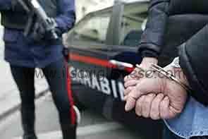 Palpeggia una ragazza: arrestato