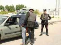 Trova i ladri in ditta, li insegue e li fa arrestare