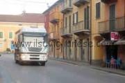 Anche Genola dice «basta» ai camion in centro paese