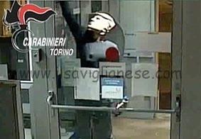 bancomat-unicredit-cava-maschere-trump