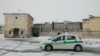 polizia-locale-davanti-al-cimitero-di-levaldigi