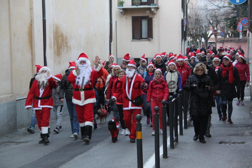 Tutti in marcia, vestiti da Babbo Natale